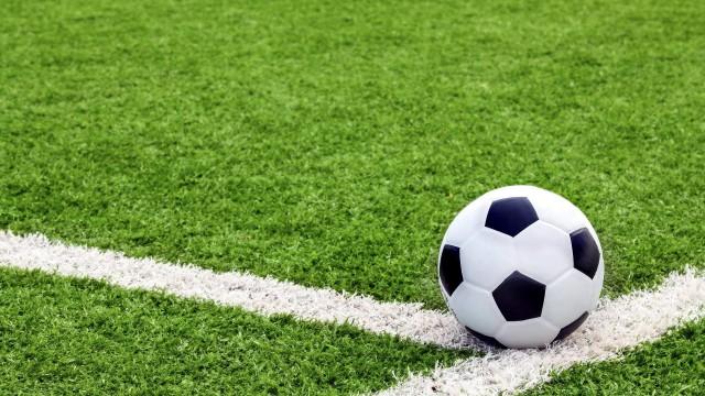 futbolnoe-pole-gazon-trava-razmetka